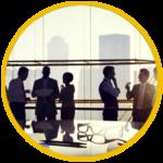 una riunione di uomini di affari in un ufficio a vetri