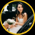 la sposa mentre sta uscendo dall'auto