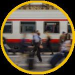 un treno fermo in stazione con le persone che passano davanti