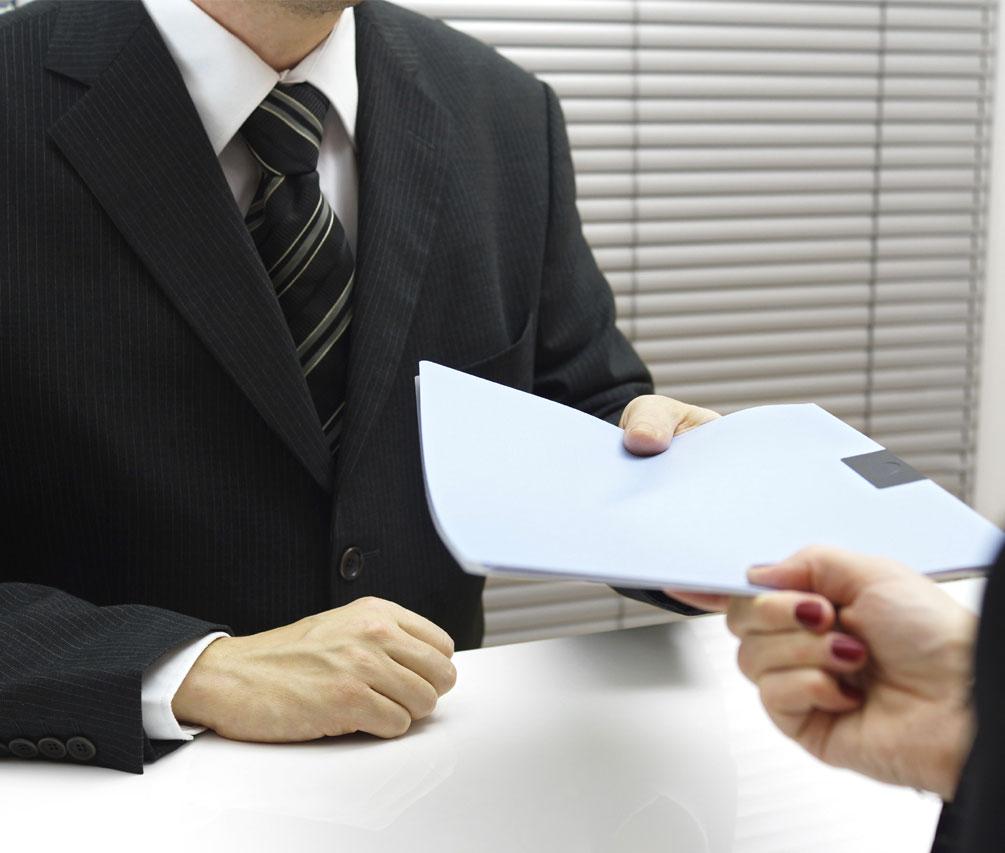 un uomo mentre da ad una signora dei documenti