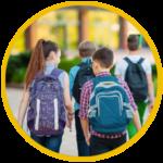 due ragazzi con la cartella mentre vanno a a scuola