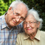 coppia di anziani mentre sorridono