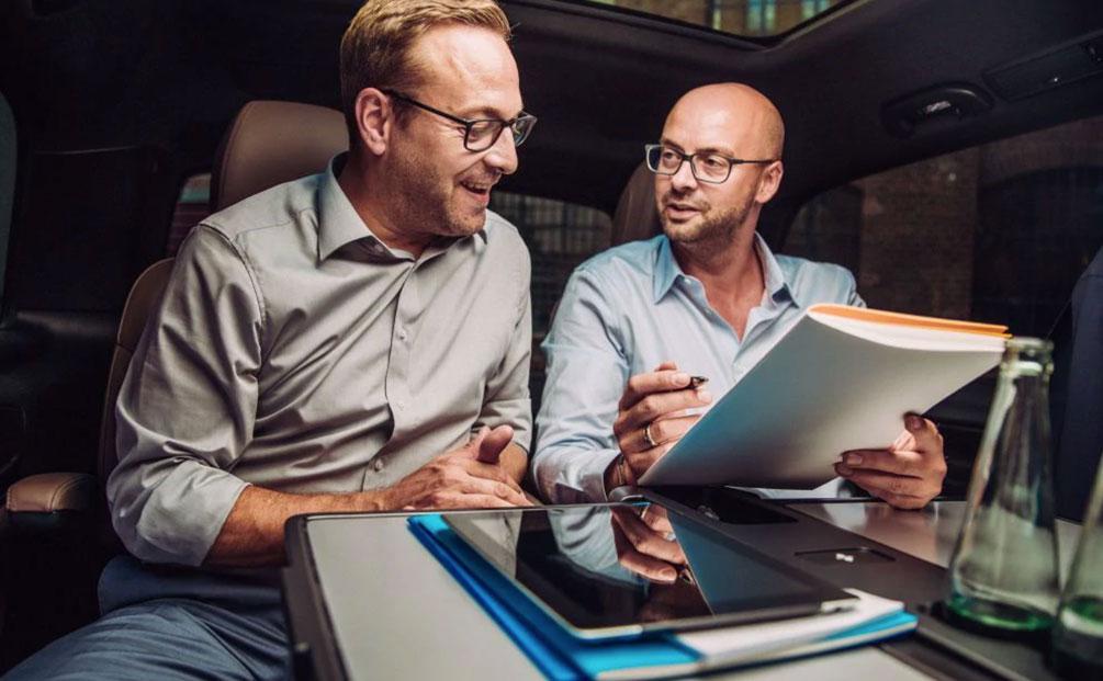 due uomini di affari mentre parlano di lavoro in macchina