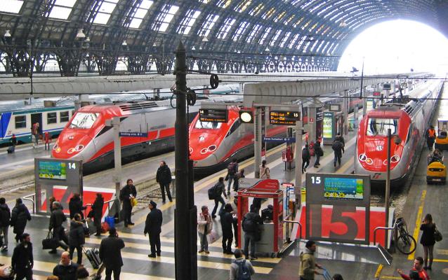 una stazione con i treni fermi ai binari
