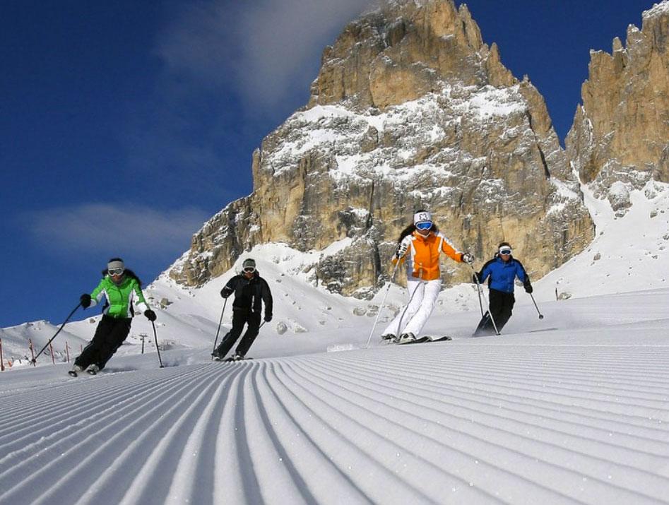 degli amici mentre sciano in montagna